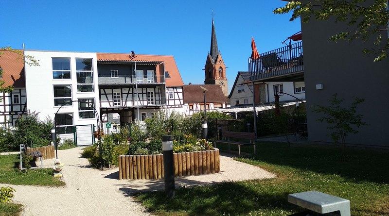 Der Garten der Seniorendependance. Mitten im Dorf.